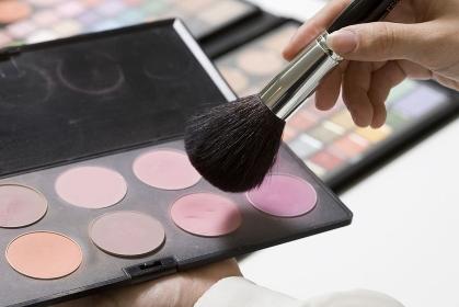 化粧ブラシを持つ女性