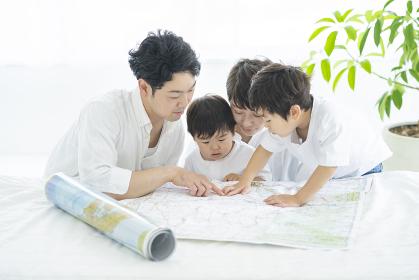 地図を使って楽しく勉強する親子・地図を使って旅行の計画を立てる親子