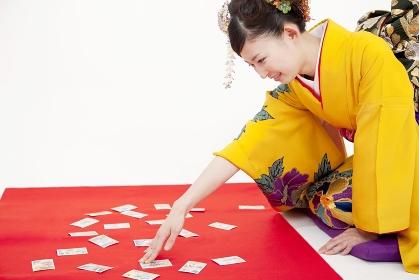 かるた遊びをする振袖姿の女性