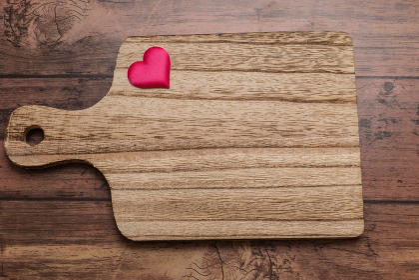 木製のカッティングボードとたくさんのハートマーク