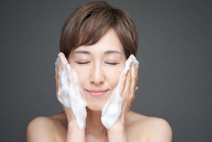 泡洗顔をする中年の日本人女性