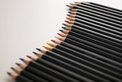 白背景の並んだ色鉛筆の背景素材