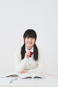 笑顔で勉強する女子高生