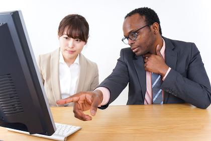 オフィスでパソコンを使う会社員