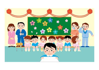 幼稚園の卒園式で卒業証書を受け取る園児達と感動する親子