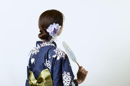 浴衣を着た若い日本人女性
