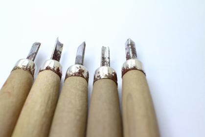 彫刻刀で手作りするイメージ