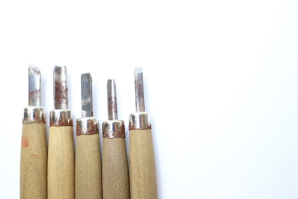 木を削る彫刻刀