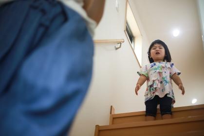 階段を怖がる女の子