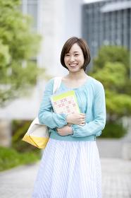 本を持つ笑顔の女性