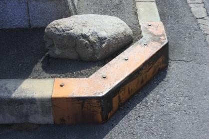 道路の縁石を保護する鉄板