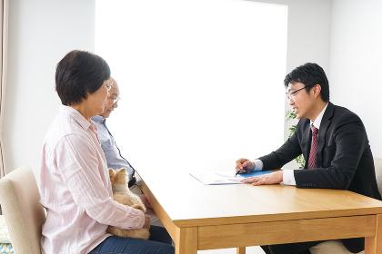 高齢者夫婦と営業マン