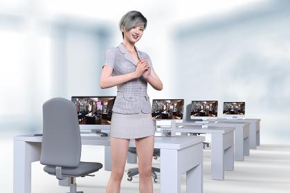 パソコンが並ぶオフィスで涼しいスーツを着たショートヘアの女性社員が両手を組み笑顔を浮かべる