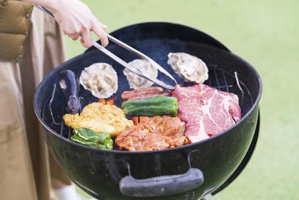 BBQを楽しむ女性