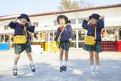 ジャンプする幼稚園児