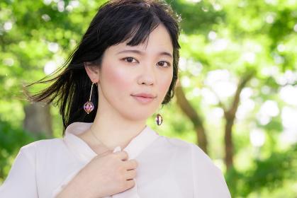 緑に囲まれたナチュラルな女性の美容イメージ