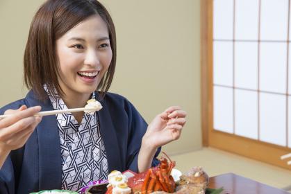 旅館で食事をする女性