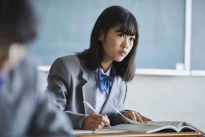 授業を受ける女子中学生