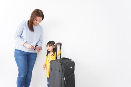 旅行に行くお母さんと子ども