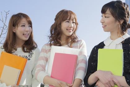 友達と会話をする学生