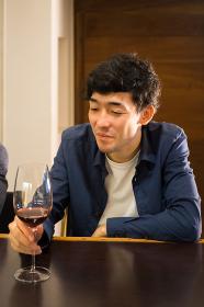楽しそうにワインを飲む男性