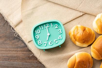 バターロールと時計 朝食イメージ