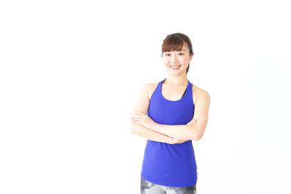 筋肉を鍛えるスポーツウェアを着た女性