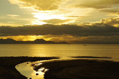 朝日と輝く雲と有明海