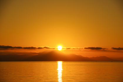 朝日に照らされてきらめく有明海
