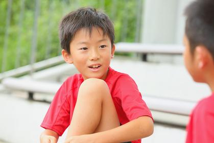 休憩するサッカー少年