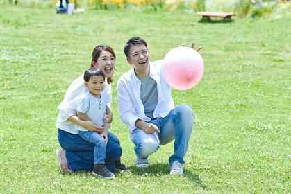風船で遊ぶ家族