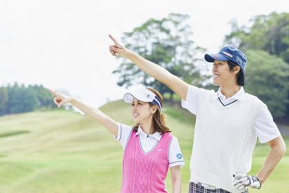 ゴルフ 指をさす日本人カップル