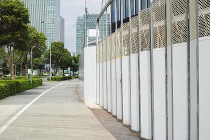 高層ビル工事現場の仮囲いのゲートと歩道