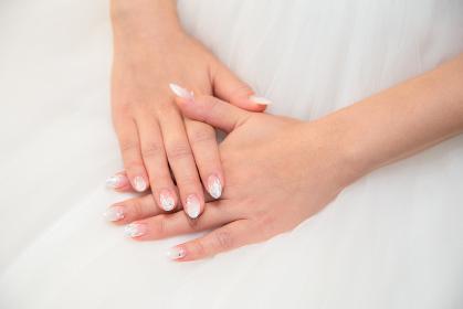 ウェディングドレスと花嫁の手 結婚式 ブライダル