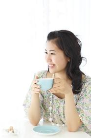 ティータイムを楽しむ若い女性