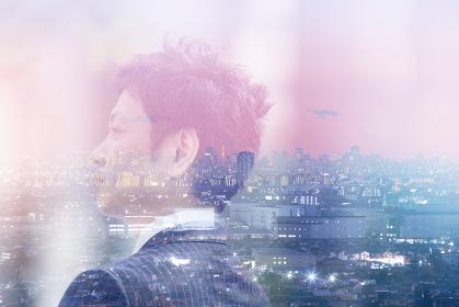 ビジネスマンの横顔と都市風景の合成写真