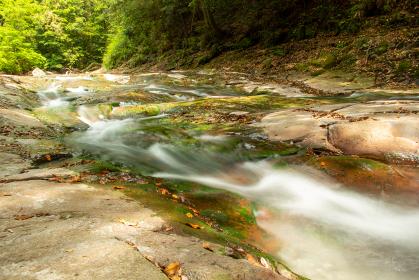 岩場を流れる清流