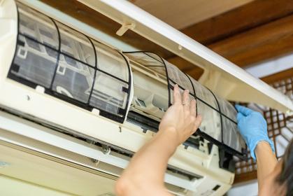 エアコン掃除をする主婦