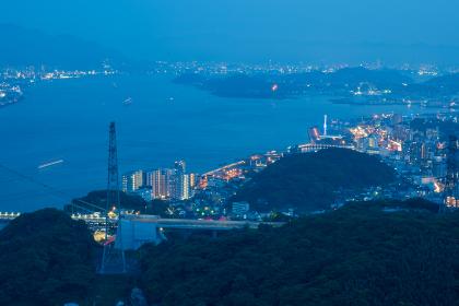 火の山公園から眺める夏の下関市街地と関門海峡の夕暮れ