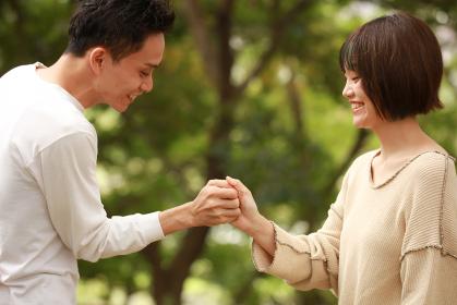 指相撲するカップル