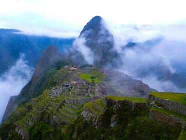 ペルー・天空都市マチュピチュの絶景ハイライト、霧がかった幻想的な朝の様子