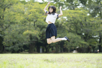 ジャンプする女子高生