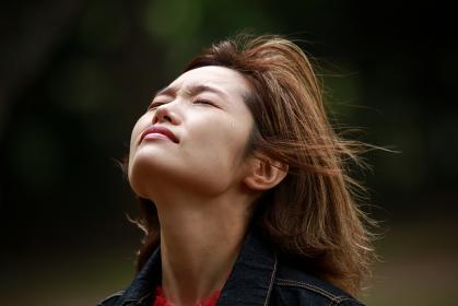 涙をこらえる女性