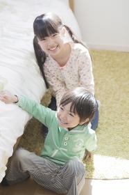 子供部屋で遊ぶ兄弟