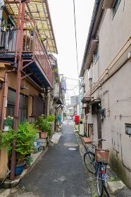 東京都内の住宅密集地 路地裏 古い家