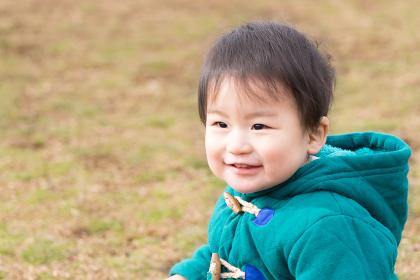 子供・芝生・笑顔