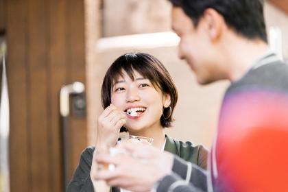 カフェでアイスクリームを食べる女性(デート・休憩)