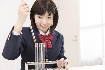 実験をする女子高校生