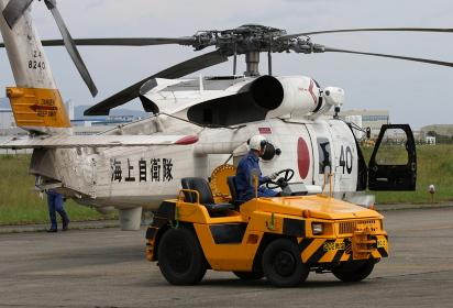2008年の海自徳島航空基地祭にてSH-60ヘリコプターと牽引車