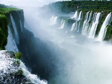 アルゼンチン・ブラジル国境エリアのイグアスの滝にて大小無数の滝と水煙のパノラマ